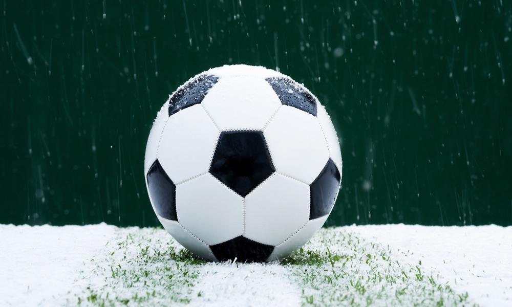 Sensorer larmar om snöröjning på Växjös fotbollsplaner