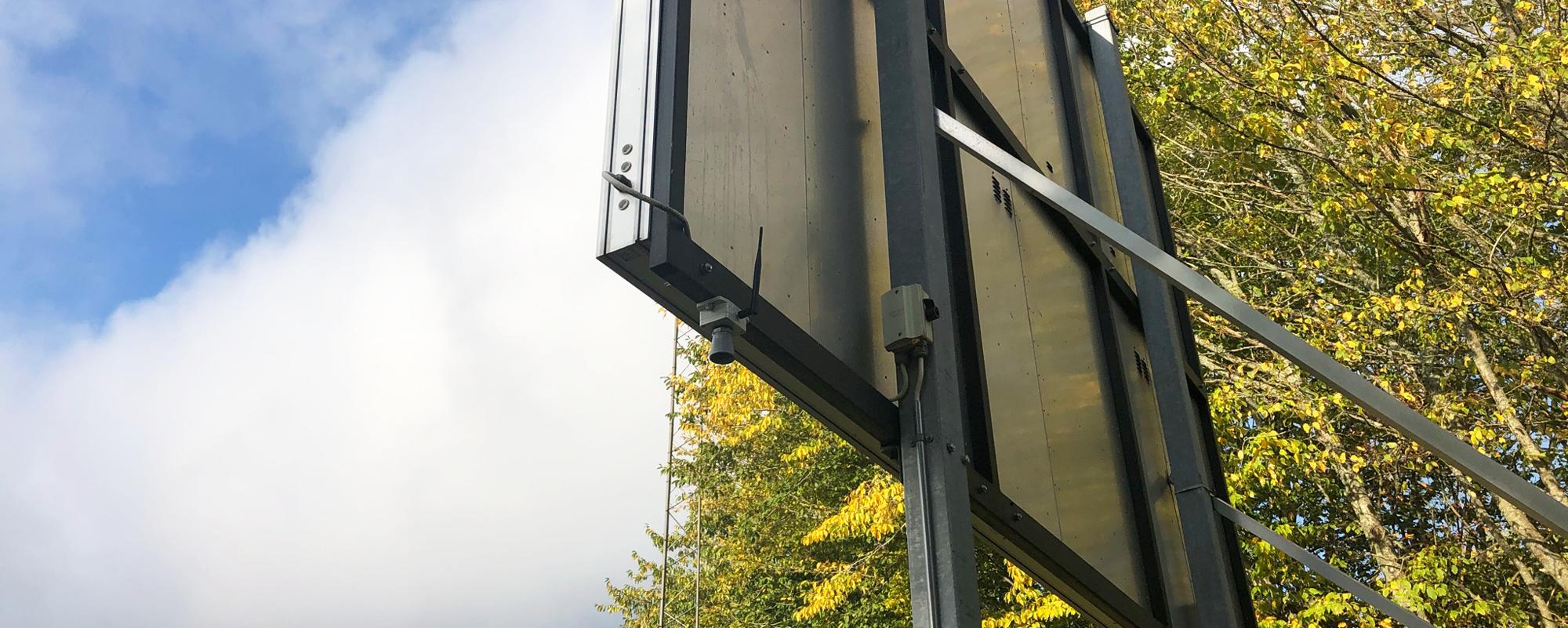 Ultraljudssensor är placerad vid en skylt intill fotbollsplan